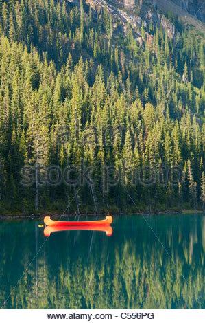 Red Canoe dans le lac, Lake Louise, Banff National Park, Alberta, Canada Banque D'Images