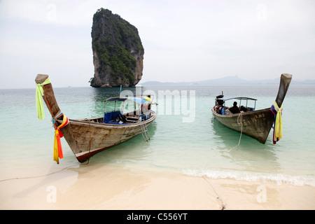 Bateaux traditionnels thaïlandais sur Koh Poda Island, Krabi, Thaïlande Banque D'Images