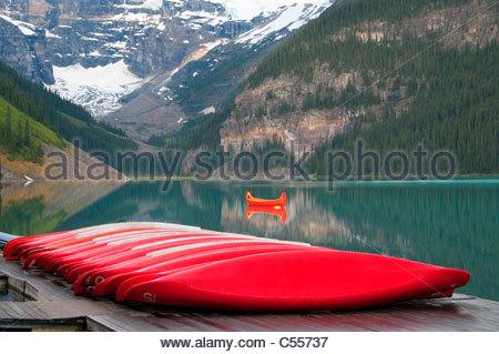 Canoës rouge à un lac, Lake Louise, Banff National Park, Alberta, Canada Banque D'Images