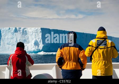 3 Gros plan sur les passagers de croisière expédition en Antarctique à l'extérieur les officiers de pont regarder Banque D'Images