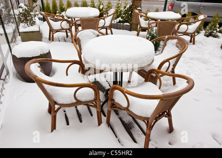 Les Pays-Bas, Slenaken, Chaises de café en plein air, couverte de neige. Banque D'Images