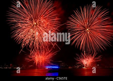 D'artifice rouge exploser lors de l'examen annuel de Macy's show sur la rivière Hudson à New York le 4 juillet 2011. Banque D'Images