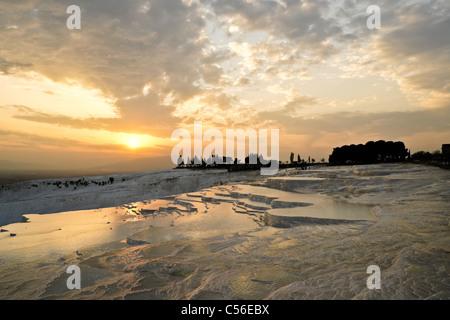 Coucher de soleil sur les terrasses en travertin, Hierapolis-Pamukkale, Turquie Banque D'Images