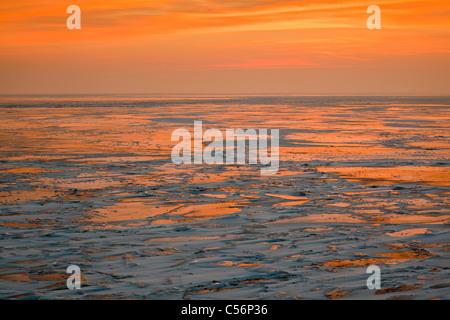 Les Pays-Bas, Oosterdijk, hiver, neige, vue sur lac gelé appelé IJsselmeer. Le lever du soleil. Banque D'Images