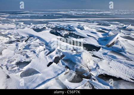 Les Pays-Bas, Oosterdijk, vue sur lac gelé appelé IJsselmeer. Banque D'Images