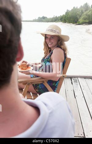 Femme ayant le petit déjeuner sur le pont Banque D'Images