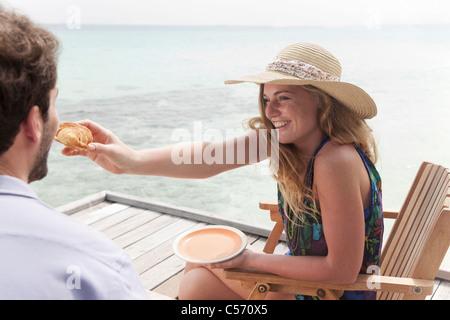 Woman feeding copain sur le pont Banque D'Images