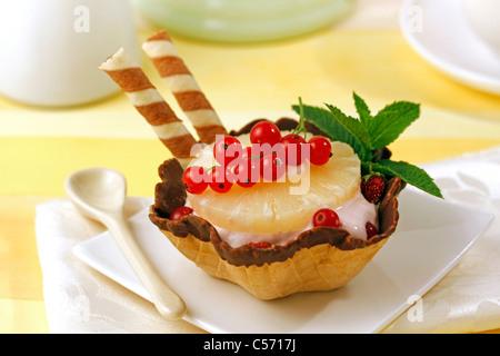 La crème glacée de yaourt avec des fruits rouges et d'ananas. Recette disponible. Banque D'Images
