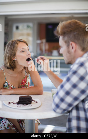 Couple sharing dessert au café Banque D'Images