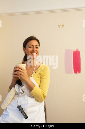 Femme de boire du café au cours de la décoration Banque D'Images