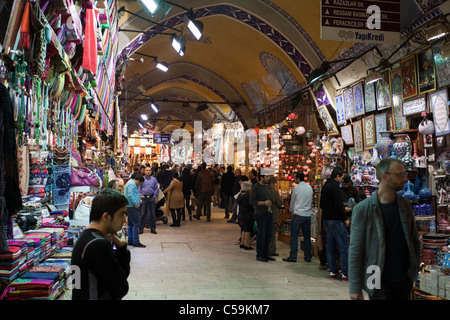 1a2265e2987d Foulards en soie pliée islamique traditionnelle sur un comptoir dans un  magasin · Les gens de shopping dans le Grand Bazar. C est l un des