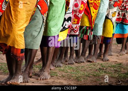 Les femmes Masai faisant une danse de bienvenue à un village de la Masai Mara National Reserve, Kenya, Africa Banque D'Images