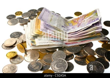 Close-up de pièces et billets en euros contre fond blanc Banque D'Images