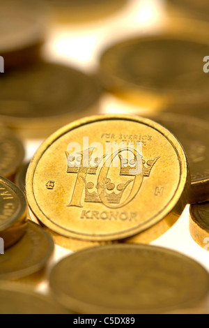 Close-up of coins contre fond blanc Banque D'Images