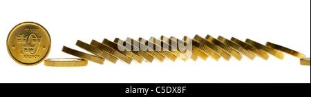 Close-up de pièces d'or contre fond blanc Banque D'Images