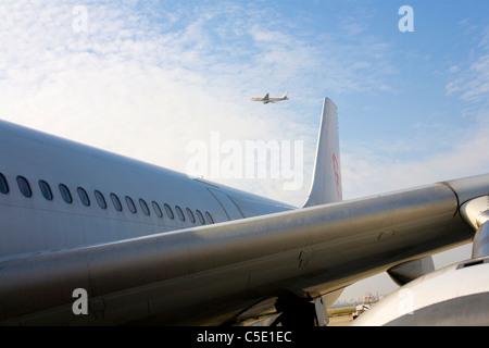 Portrait d'aéronefs avec un avion contre le ciel bleu et nuages Banque D'Images