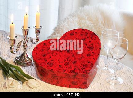 Close-up of a red valentine fort avec des verres à vin et allumé des bougies Banque D'Images