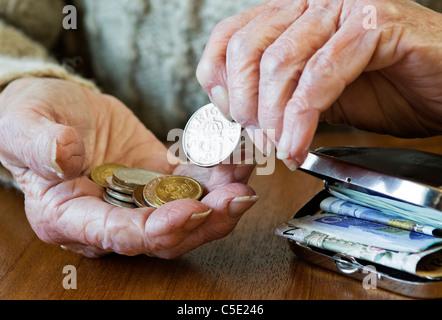 Old woman's hand suédois de comptage des pièces avec les billets en sac à main sur la table