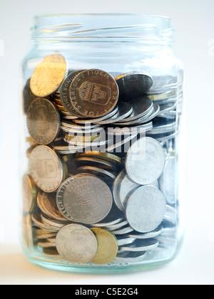Close-up of Swedish coins dans un bocal de verre contre fond blanc Banque D'Images