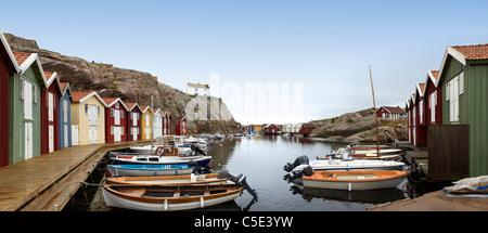 Vue panoramique tourné de bateaux amarrés le long de maisons contre ciel clair