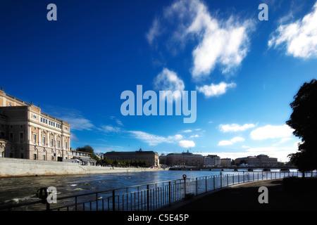 Opera House et des bâtiments contre le ciel bleu et les nuages avec le lac en premier plan à Stockholm, Suède