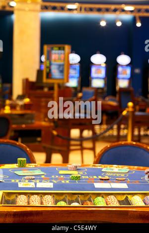 Tourné d'une table de blackjack avec cartes sur elle dans un casino vide Banque D'Images
