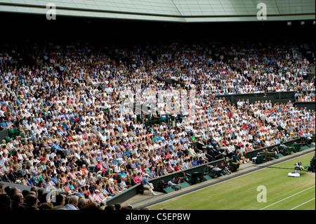 Vue générale du Centre Court foule pendant la finale du tournoi à l'édition 2011 Tennis de Wimbledon Banque D'Images