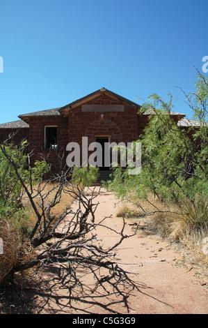 Arbres de criquets étouffer le trottoir menant à une école abandonnée maison à Cuervo le Nouveau Mexique. Banque D'Images