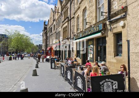 Les gens assis à l'extérieur d'un pub sur Grassmarket dans la vieille ville, Édimbourg, Écosse, Royaume-Uni Banque D'Images
