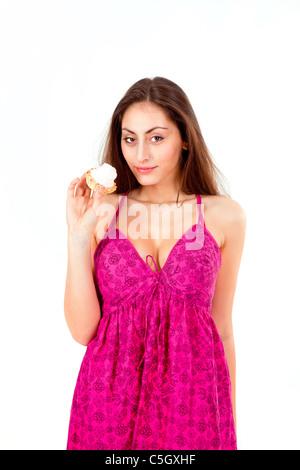 Jolie fille avec gâteau crème isolé sur fond blanc Banque D'Images