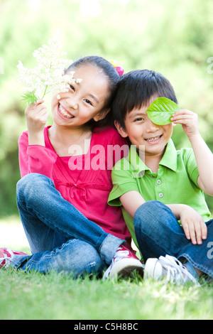 Jeune fille et garçon assis ensemble Banque D'Images