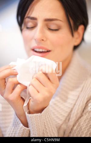 Femme éternuements Banque D'Images