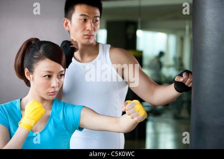Jeune homme et Jeune Femme Sac de frappe Banque D'Images