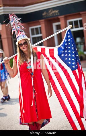 Une femme habillé en costume patriotique dans l'I'on Community 4 juillet parade. Banque D'Images