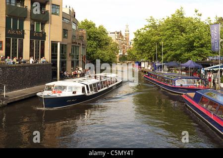 Touriste sur une barge tour de la voile sur le Canal Singel-gracht près de Max Euwe-plein, Amsterdam