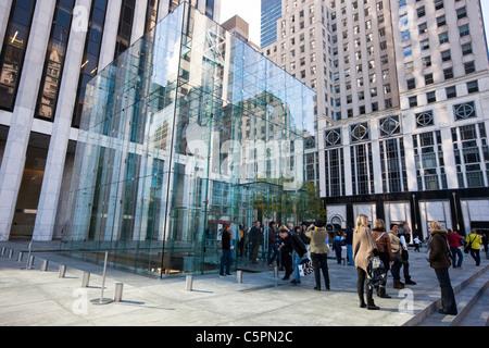 Personnes debout en face de l'Apple Store de la Cinquième Avenue et la 59e Rue à Manahattan, New York Banque D'Images
