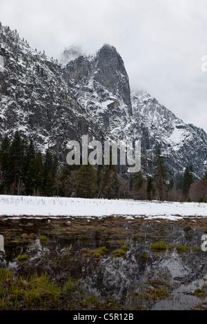 Vallée couverte de neige et d'eau pendant l'hiver, Yosemite National Park, California, United States of America Banque D'Images