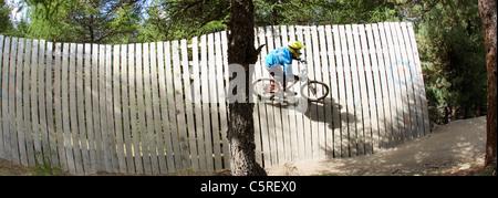 L'Italie, Livigno, vue de l'homme mur équitation vtt au bikepark Banque D'Images