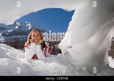L'Autriche, Salzburger Land-, Altenmarkt Zauchensee, jeune femme dans la neige Banque D'Images