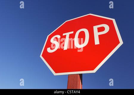 USA, Utah, panneau d'arrêt contre le ciel bleu, close-up Banque D'Images