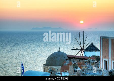 Santorin, île grecque, Cyclades, Grèce, célèbre coucher de soleil à Oia moulin en premier plan de la caldera Banque D'Images
