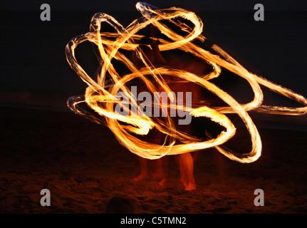 Espagne, Canaries, La Gomera, La Playa, Valle Gran Rey, Personnes faisant la danse de la torche sur la plage au Banque D'Images