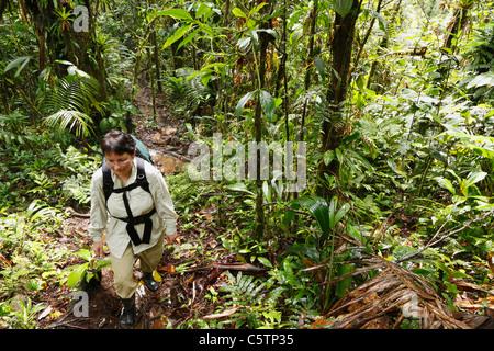 Costa Rica, Las Horquetas, Rara Avis, Femme avec sac à dos dans rainforest Banque D'Images
