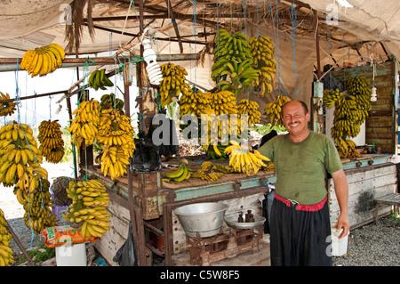 La Turquie du sud ferme la banane bananier farmer market shop entre Antalya et Alanya Banque D'Images