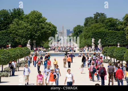 France, Paris, jardin des Tuilleries, touristes en premier plan