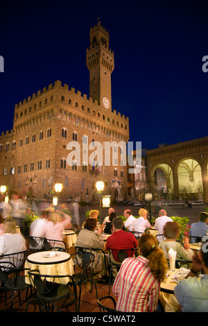Italie, Toscane, Florence, Palazzo Vecchio, la nuit, sidewalk cafe en premier plan Banque D'Images