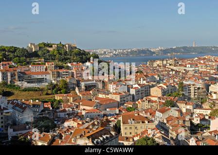 Un panorama de Lisbonne avec l'ancien château de Saint George et le Tage. Banque D'Images
