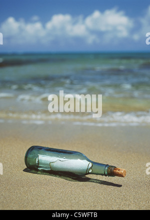 Allemagne, bouteille avec message in sand at beach Banque D'Images