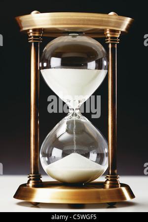 Hourglass sur fond noir, Close up Banque D'Images