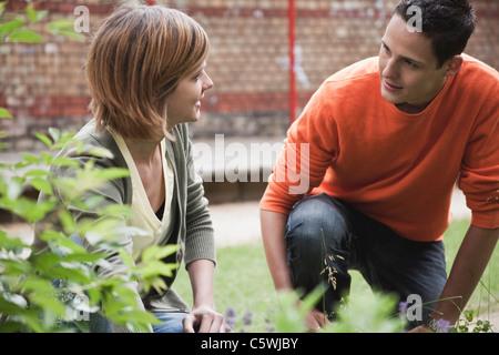 Allemagne, Berlin, l'homme et la femme jardinage au jardin Banque D'Images